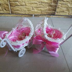 Wózeczek wózek na chrzest dla dziewczynki figurka różyczki ze wstążki pamiątka chrztu świętego
